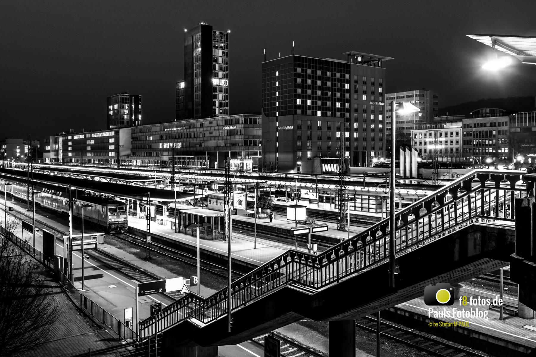 Bahnhof Freiburg schwarz-weiß
