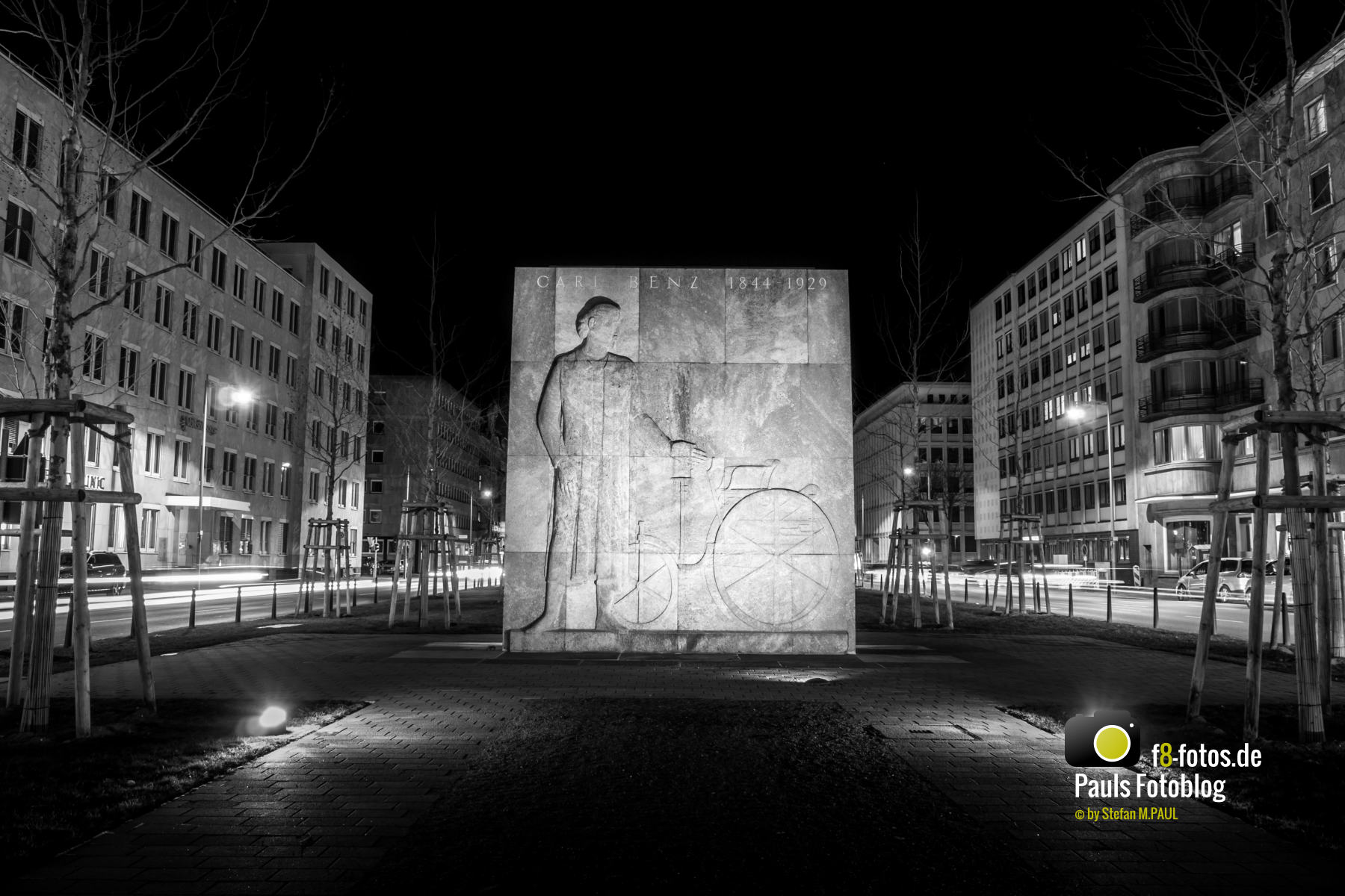 Carl Benz Denkmal in schwarz-weiß