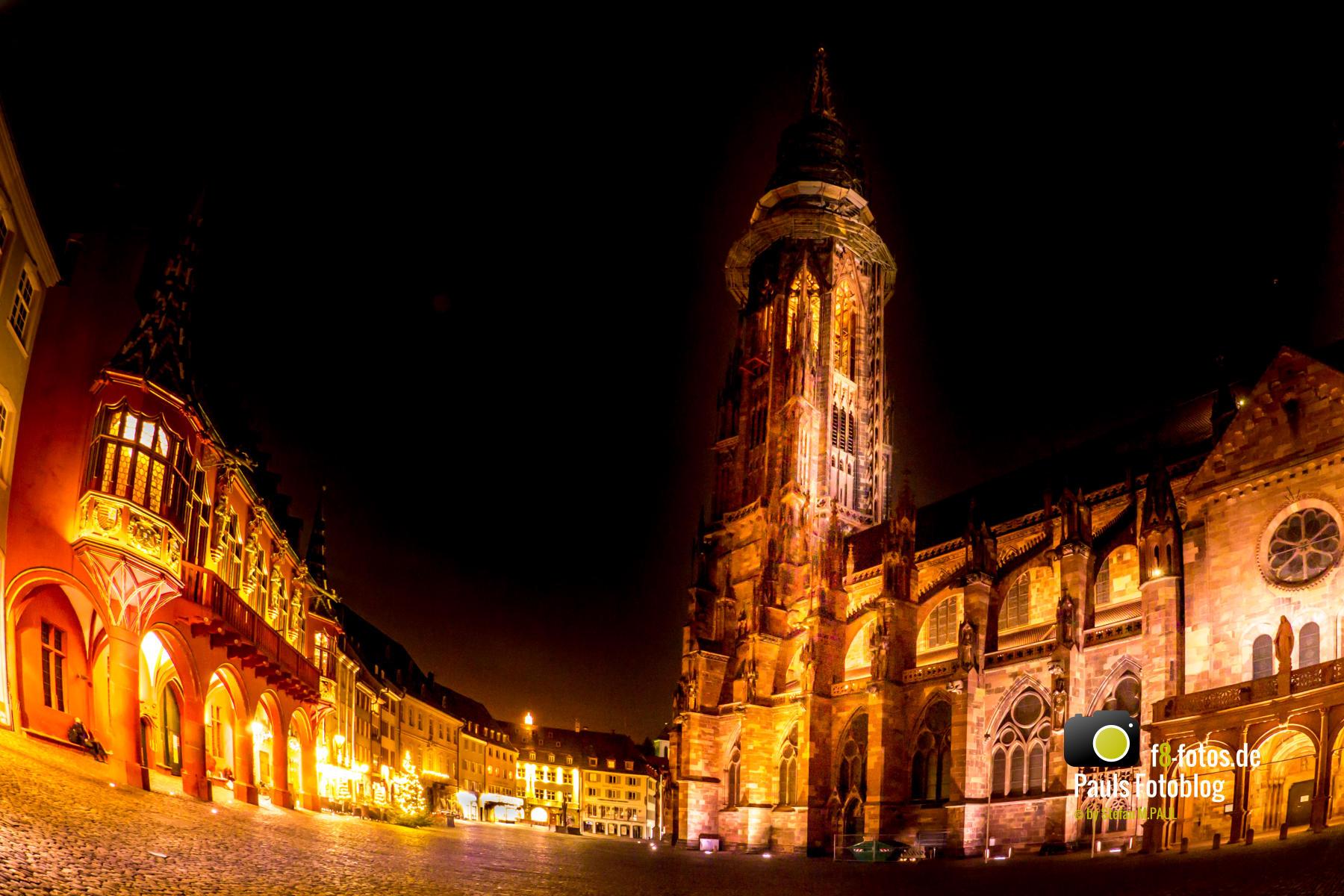 Freiburger Münsterplatz bei Nacht