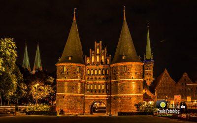 Das Holstentor in Lübeck in der Nacht